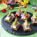 Банкетные канапе из бородинского хлеба с копченой горбушей и авокадо.